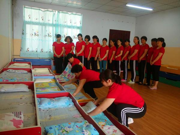 """6月7日上午,白坪新区幼儿园举行了""""保育员叠被子比赛""""活动."""
