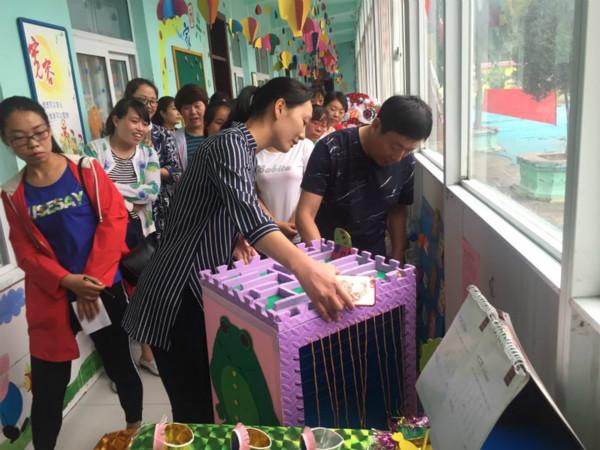 在告成镇镇直第二幼儿园举行自制玩教具评展活动.