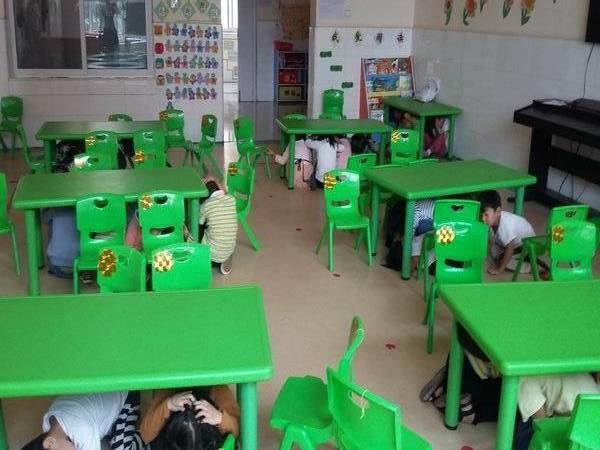 9月18日上午,告成镇镇直第一幼儿园开展了全园性的防空演练.