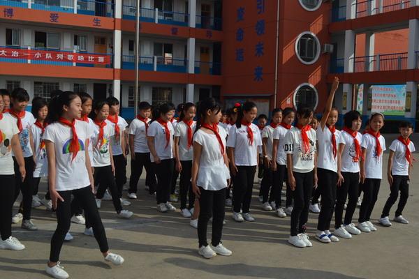 同学们队形展示中-举行 活跃校园氛围 彰显少年活力 队列暨歌咏比赛活