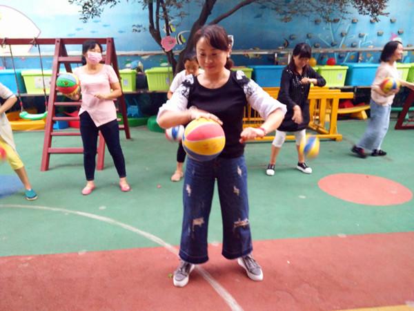 由语言教研组组长郭俊丽老师针对幼儿篮球的多种玩法及基本动作的要求