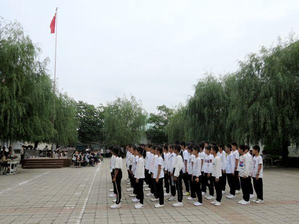 [卢店]五星红旗燃起之心爱国升起_初中时讯_dfedu国际学校怎么办学籍转图片