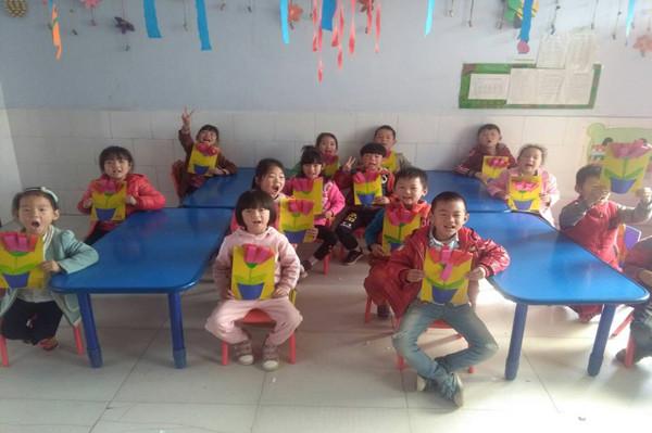 宝宝班的孩子们为爷爷奶奶准备了《爱心贺卡》;小班的小可爱们用能干