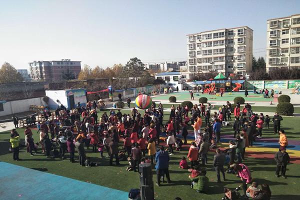 幼儿开场舞《快乐篮球》  家长配合玩气球  孩子和家长一起玩大龙球   11月24日上午9时,宣化镇中心幼儿园亲子运动会在《运动员进行曲》中拉开帷幕,本次亲子运动会以大球小球圆圆地球为主题,积极倡导家园共育、和谐发展的教育理念,旨在让孩子在运动中获得健康,在游戏中找到快乐,在关爱中体味亲情。   亲子运动会上项目精彩纷呈,家长和孩子们一起玩小气球、羊角球、大龙球的游戏 在亲子活动中,孩子和家长们情绪高涨,助威声、加油声、欢呼声,此起彼伏。在亲子合作下顺利完成游戏后,家长纷纷表示能与自己的孩子共同参与集