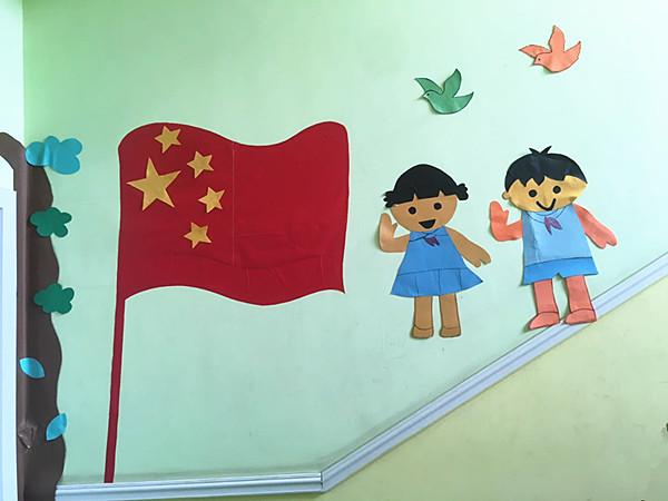 礼德幼儿园老师为孩子们安排了一次别开生面的手工活动——制作国旗.
