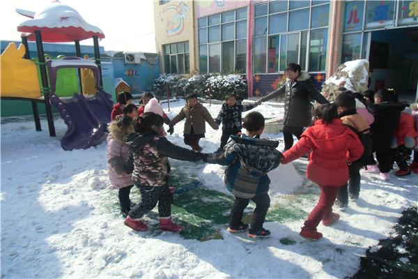 冬天的雪景,感受冬天的美好,1月5日上午唐庄精英幼儿园的教师们带领