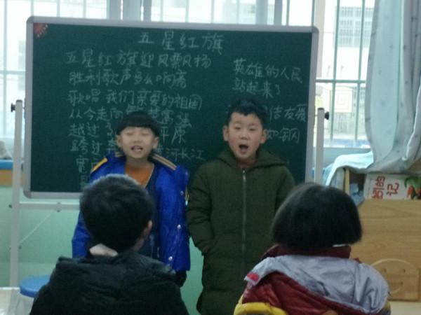 大班孩子演唱比赛《五星红旗》