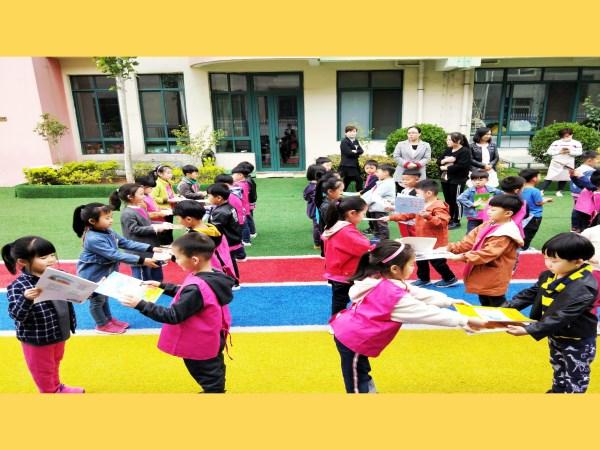主持人宣布图书漂流活动正式启动  老师们都准备好了自己心爱的书籍  老师们互换书籍  幼儿准备好了自己喜爱的绘本  幼儿互换绘本 为了切实打造书香校园,培养幼儿爱读书,乐读书,会读书的习惯,营造一个良好的读书环境,4月23日上午,登封市崇高路幼儿园全体教职工和幼儿参加了书香润童心,好书伴成长图书漂流活动启动仪式。 启动仪式上,赵晓娟老师介绍了本次图书漂流的方法和各年级组漂流分享的时间,并详细说明了家长、老师、园部好书推荐的要求。最后我们的园长曹少娜对全体小朋友们提出了爱惜图书的要求,希望大家在规定的时