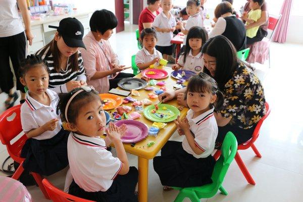 [中岳]中岳办爱心幼儿园开展学前教育宣传月亲子美工活动图片