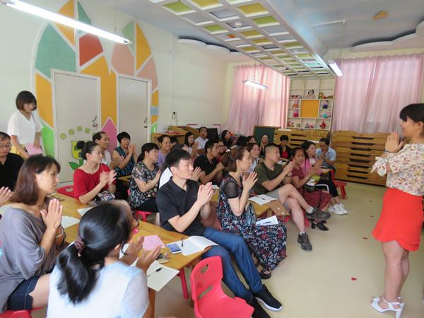 幼儿园的统筹安排下,各班级精心准备,老师们精神抖擞迎接新生家长的到