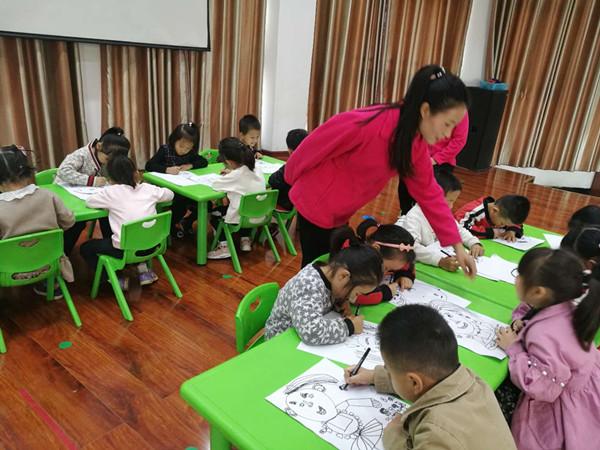 教师在幼儿绘画中巡视指导