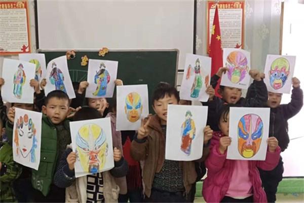 石道乡智慧星幼儿园的幼儿在美术课上学习了《画脸谱》.