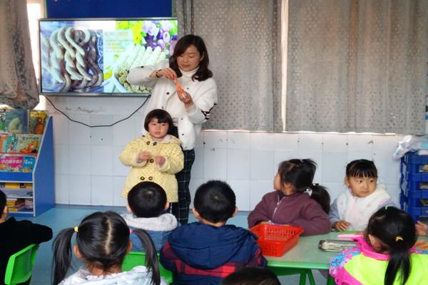 刘晓丽老师引导幼儿大胆尝试用火柴棒拼摆各种少林动作,在看一看,做一图片