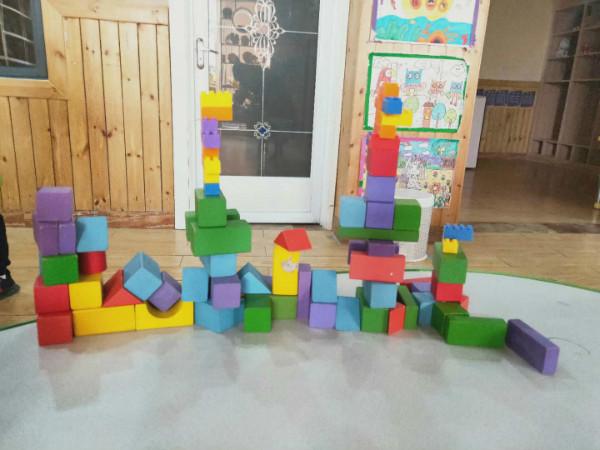 建构区进行中-我建构 我快乐 紫薇城幼儿园开展幼儿建构比拼图片
