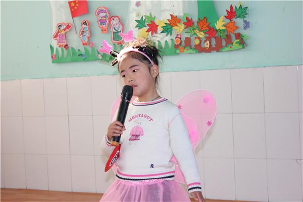 活动现场  幼儿歌唱表演  评委点评 为了培养幼儿的艺术素养,锻炼幼儿的自信和舞台表现力,提高幼儿的歌唱水平,12月18日上午徐庄镇金星幼儿园开展了别开生面的童声悠扬歌唱比赛活动,旨在让儿童音乐艺术熏陶中体验和成长。 经过孩子们的认真准备和教师的精心辅导,赛场上,孩子们精神饱满,富有朝气,一首首充满童真童趣的歌声,很好的表现了歌曲的音乐形象。孩子们那充满自信的神态、清脆的童声、活泼的动作,不时赢来了评委老师们热烈的掌声。赛后评委们根据幼儿的歌曲内容、舞台形象、演唱技巧、舞台表现等方面进行综合评选。分别