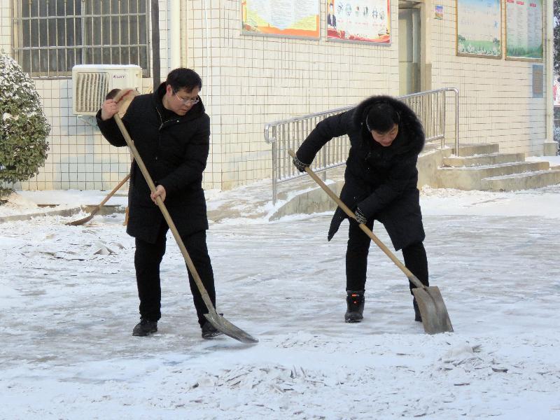 [卢店]保安照片共奋战扫雪除冰党员全_学校时讯_dfedu女生床上干部初中图片
