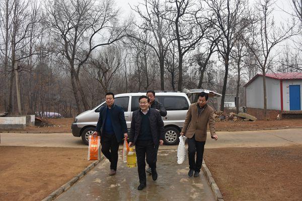 李智鑫一行在教体局行业扶贫点--颍阳镇李庄村看望困难群众