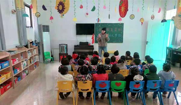 各班级老师对幼儿进行资助知识宣传和教育